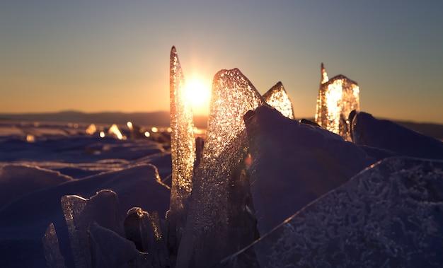 Coucher de soleil coloré sur la glace de cristal du lac baïkal