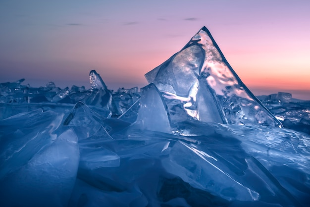 Coucher de soleil coloré sur la glace cristalline du lac baïkal. sibérie, russie