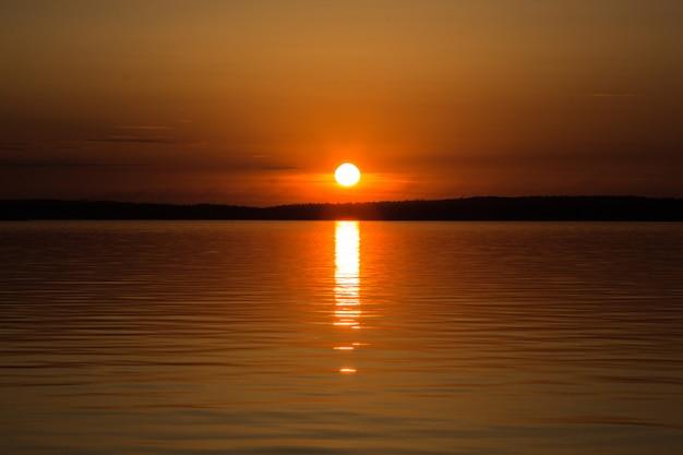Coucher de soleil coloré ou lever de soleil au bord du lac