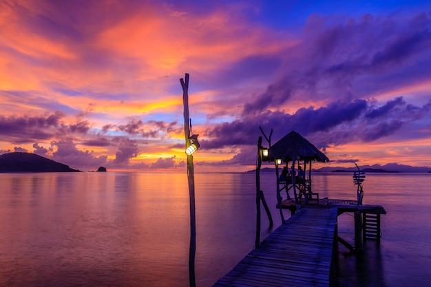 Coucher de soleil coloré sur la mer dans l'île de koh mak, province de trat, en thaïlande.