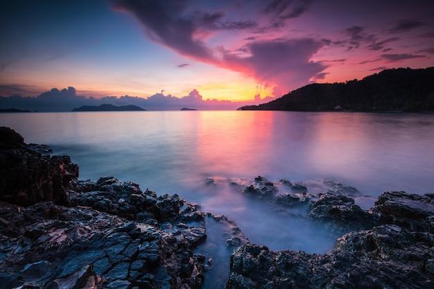 Coucher de soleil coloré sur la mer dans l'île de koh wai, province de trat, thaïlande.