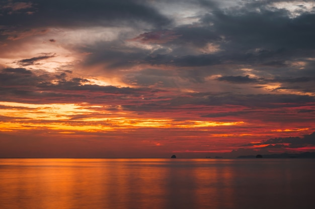 Coucher de soleil coloré sur la mer