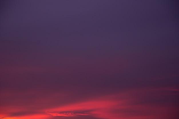 Coucher de soleil coloré avec des nuages