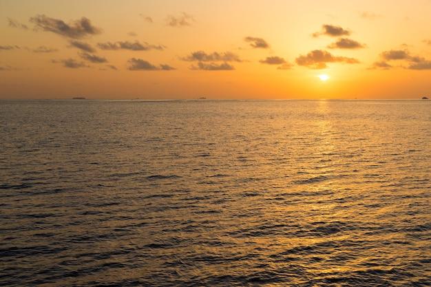 Coucher de soleil coloré sur la plage