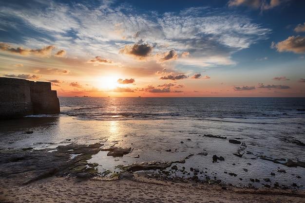 Coucher de soleil sur la côte méditerranéenne, israël