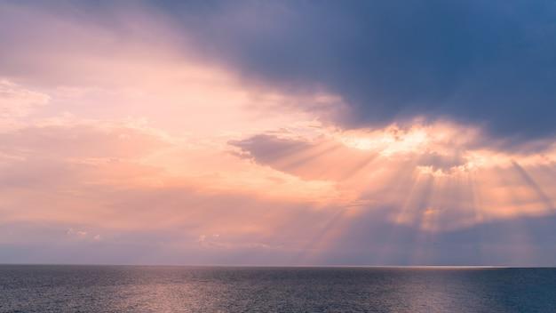 Coucher de soleil sur la côte de la mer