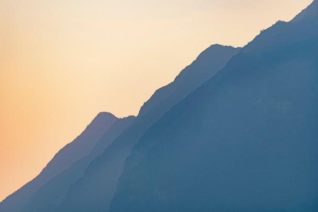 Coucher de soleil avec les couches de montagne, forêt tropicale, montagne asiatique