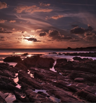 Coucher de soleil à couper le souffle à duckpool bay près de bude, north cornwall, uk