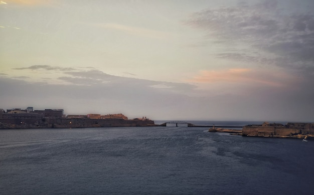 Coucher de soleil à couper le souffle sur l'océan à la valette malte