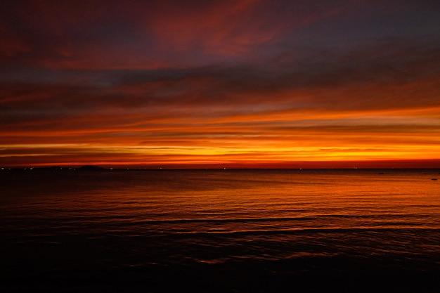 Coucher de soleil crépuscule en mer