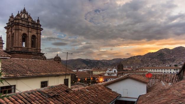 Coucher de soleil sur cusco, au pérou, avec des nuages d'orage