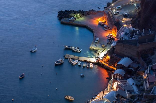 Coucher de soleil dans l'archipel de santorin dans la ville d'oia.
