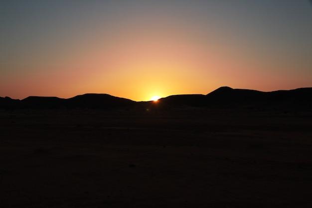 Coucher de soleil dans le désert du sahara en afrique
