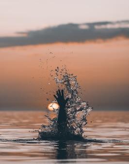 Coucher de soleil dans l'eau