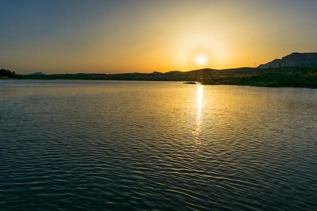Coucher de soleil dans un marais d'espagne