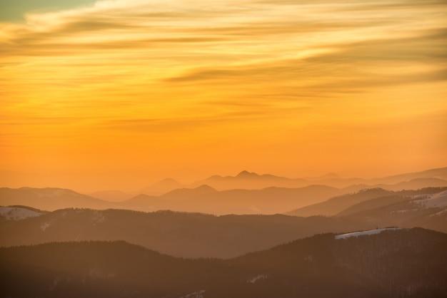 Coucher de soleil dans les montagnes d'hiver couvertes de neige.