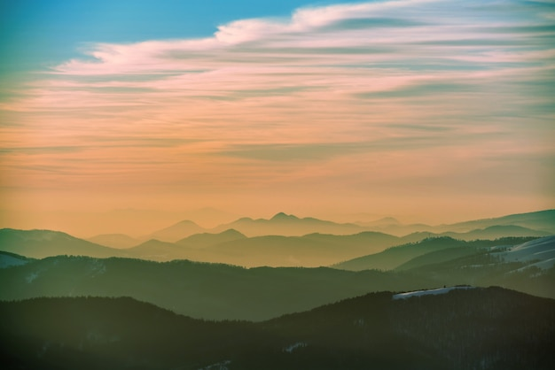 Coucher De Soleil Dans Les Montagnes D'hiver Couvertes De Neige Photo Premium