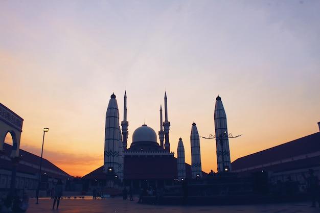 Coucher de soleil dans la mosquée agung jawa tengah