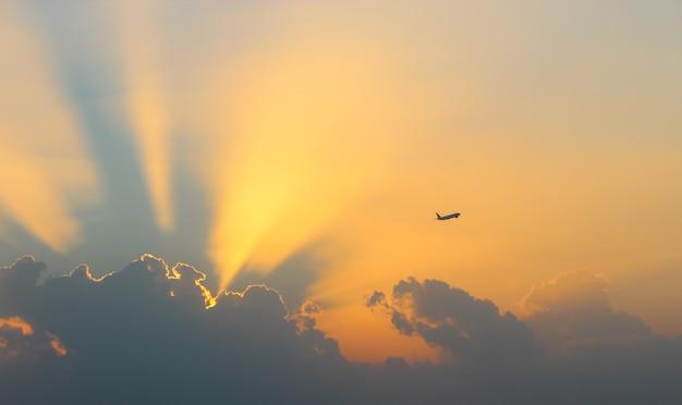 Coucher De Soleil Dans Les Nuages Et Voler Jusqu'à L'avion Du Ciel Photo Premium