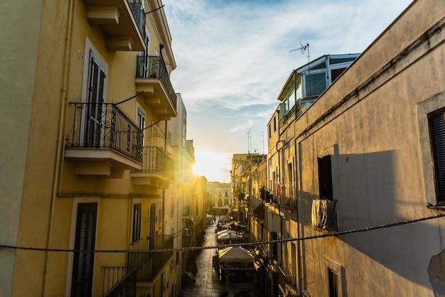 Coucher de soleil dans la ville italienne de bari