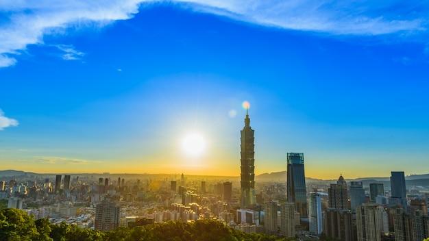 Coucher de soleil dans la ville de taipei, taipei 101 bâtiment en arrière-plan.