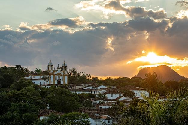 Coucher de soleil dans la ville de tiradentes avec ses rues, ruelles, église et maisons coloniales colorées