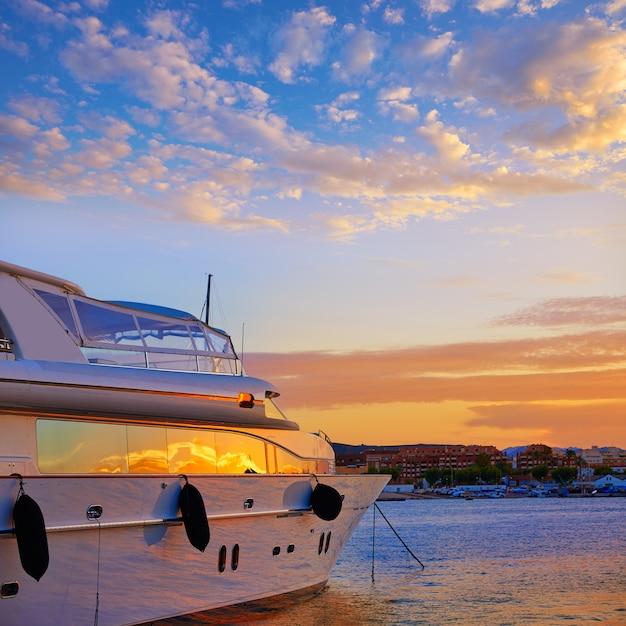 Coucher de soleil à denia sur des bateaux de plaisance en méditerranée