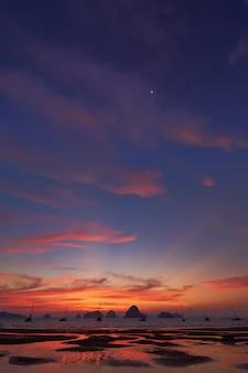 Coucher de soleil depuis la plage de tubkaak, krabi, thaïlande.
