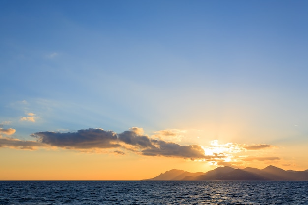 Coucher de soleil depuis le port de cannes, france