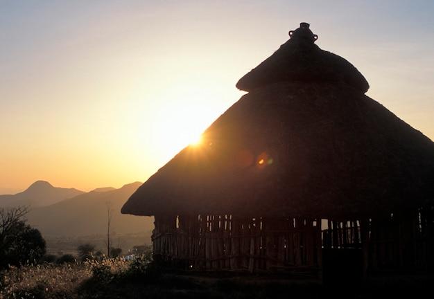 Coucher de soleil derrière un refuge konso en ethiopie