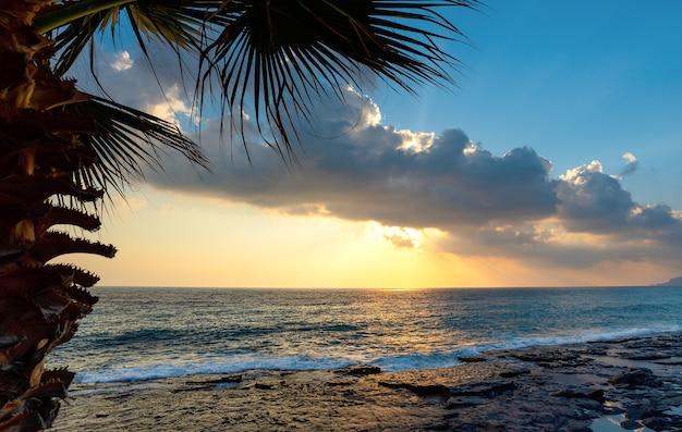 Coucher de soleil doré sur la plage à alanya, turquie. alanya est l'une des stations balnéaires les plus populaires.