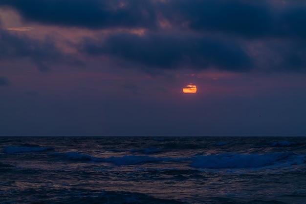 Coucher de soleil dramatique coloré en mer