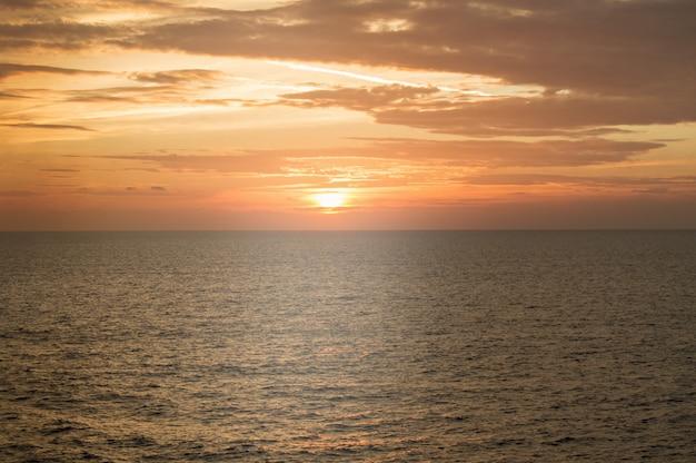Coucher de soleil dramatique doré sur la mer méditerranée, beau fond naturel, tranquillité et harmonie dans la nature, voyages et croisières maritimes
