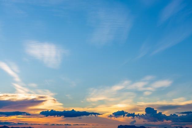 Coucher de soleil dramatique fond bleu nuages orange