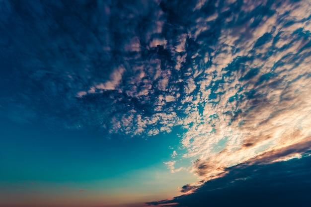Coucher de soleil dramatique et le lever du soleil