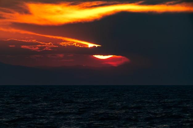 Coucher de soleil dramatique sombre sur la mer