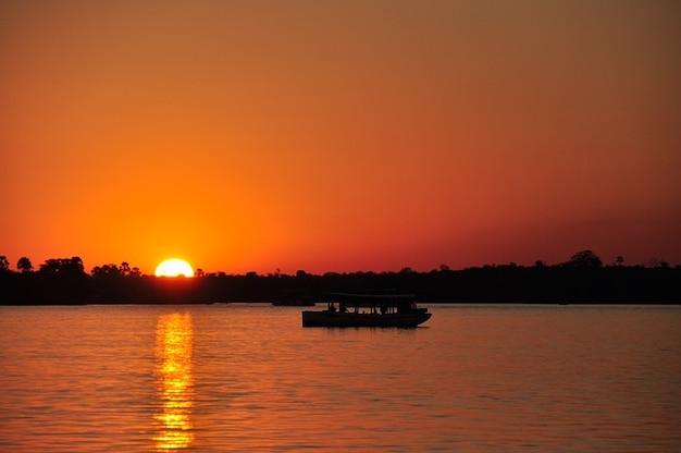 Coucher de soleil eau zambezi romantisme sun river démarrage