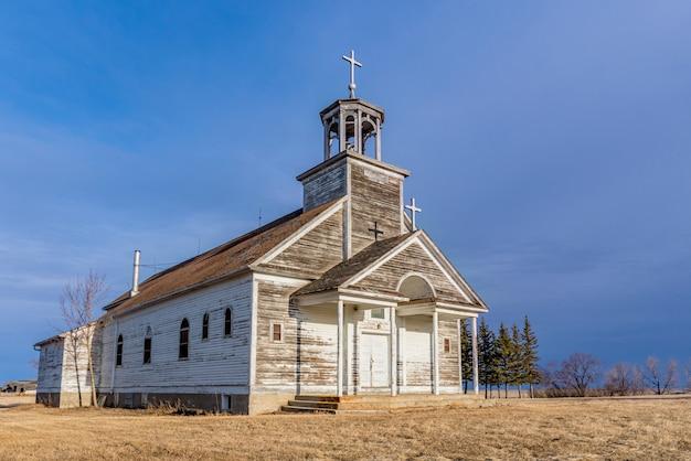 Coucher de soleil sur l'église catholique saint-joseph à courval, saskatchewan, canada