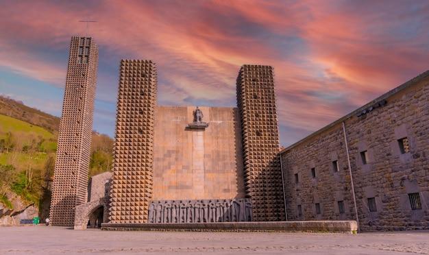 Coucher de soleil à l'entrée du magnifique sanctuaire d'aranzazu dans la ville d'oñati, gipuzkoa. pays basque