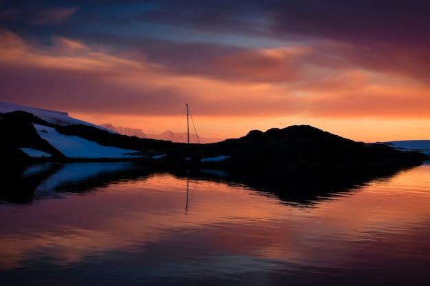 Coucher de soleil d'été en antarctique. fond de la nature