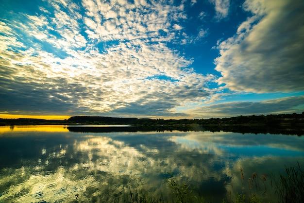 Coucher de soleil d'été coloré sur le lac