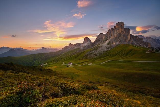 Coucher de soleil en été dans la nature dans les dolomites, italie