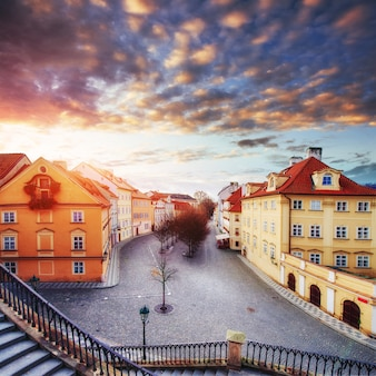 Coucher de soleil fantastique sur les cumulus en république tchèque
