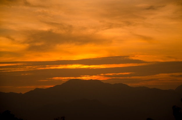 Coucher de soleil sur fond de montagne