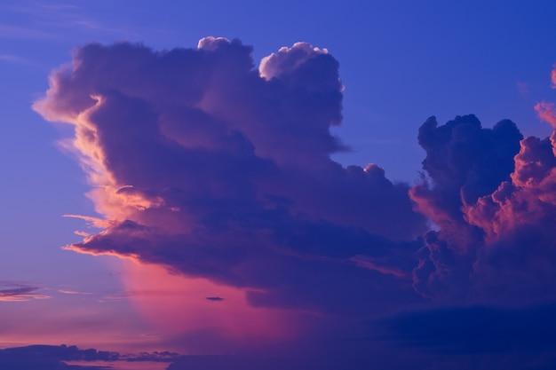 Coucher de soleil avec fond de nuages, heure d'été, beau ciel