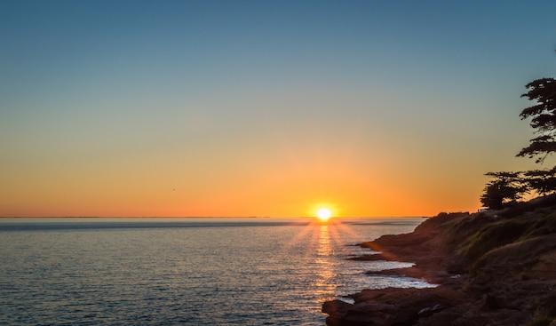 Coucher de soleil sur fond de l'océan atlantique
