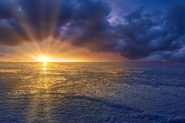 Coucher de soleil sur le fond des salines de bonneville