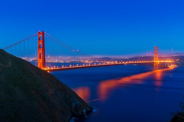 Coucher de soleil sur le golden gate bridge, californie, californie