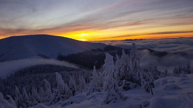 Coucher de soleil en hiver dans les carpates