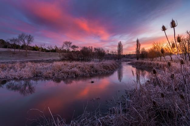 Coucher de soleil d'hiver dans la rivière d'espagne
